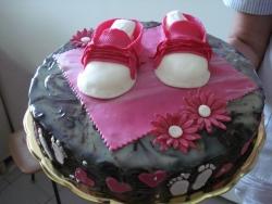 #д105 (19) шоколадный торт с детскими пинетками