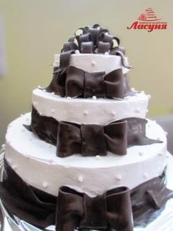 #п130(1) торт с шоколадными бантами на 3 яруса