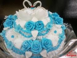 #с135 (1) Свадебный торт с голубыми розами и лебедями
