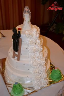 #с135 (28) Свадебный торт с фигурками жениха, невесты и деток