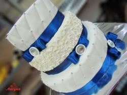 #с180 (15) свадебный торт с синей лентой и брошкой