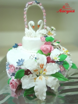 #с200 (26) свадебный торт с цветами и лебедями