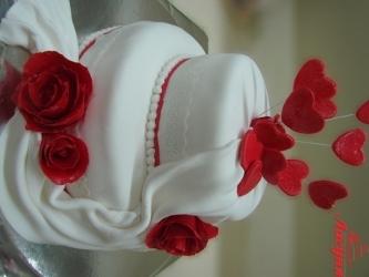 #c220 (3) свадебный торт белый с красными розами и сердцами